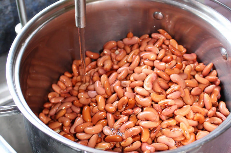 rinsing pinto beans